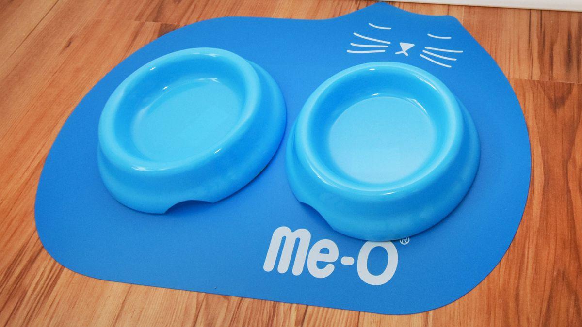 Niebieskie miseczki dla kota